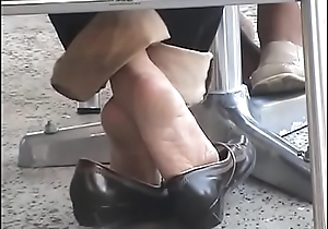 Wrinkled arches,Heel popping Shoe feign in cafe